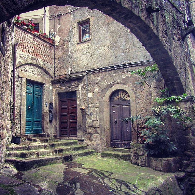 Una porta al passato, una porta al presente, una porta alfuturo